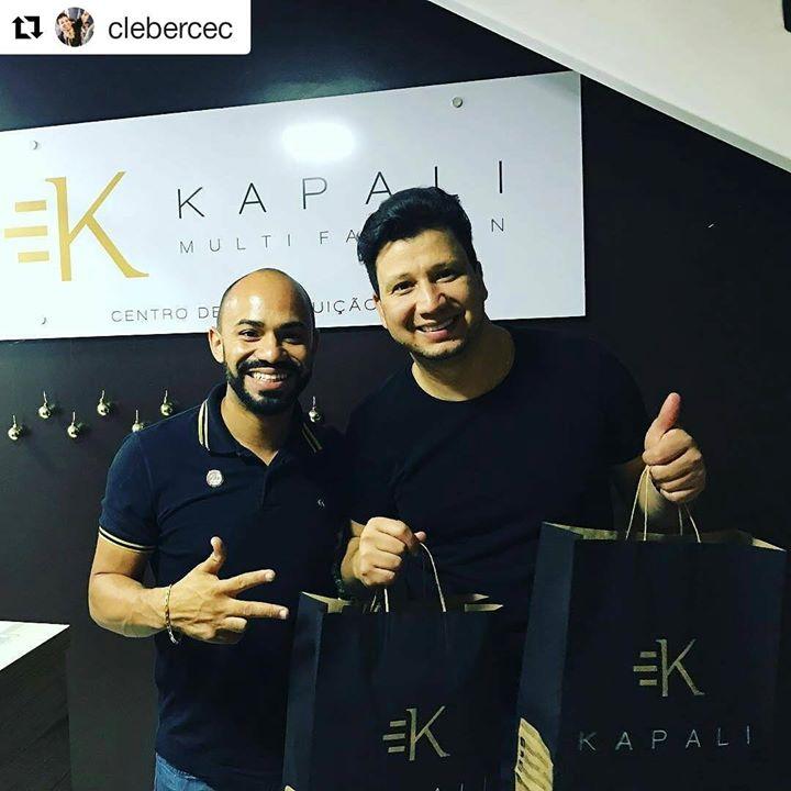 Dupla sertaneja Cleber e Cauan compras loja Kapali
